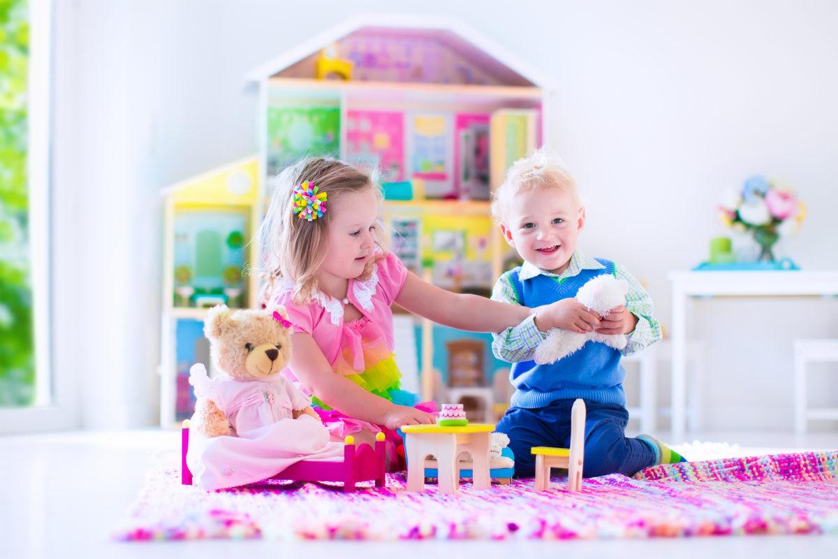 stereotipo di genere il bambino gioca con le bambole